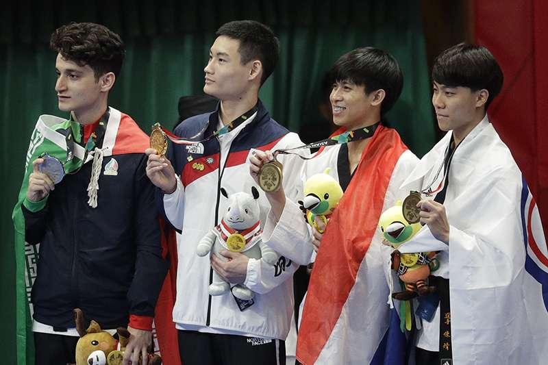 台灣亞運代表隊跆拳道選手陳靖(右),今天在男子品勢4強賽中不敵伊朗選手,但依然為中華隊拿下銅牌。(美聯社)