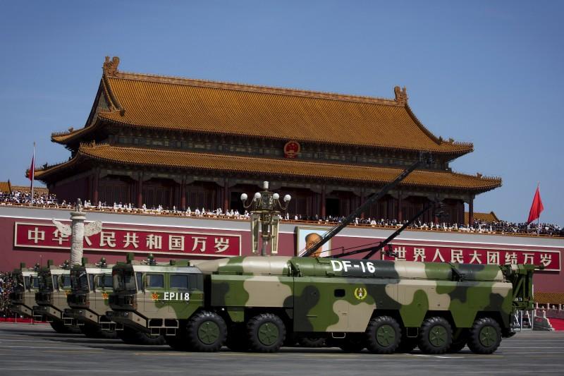 2015年9月3日,解放軍北京大閱兵,東風-16型中程彈道飛彈(AP)