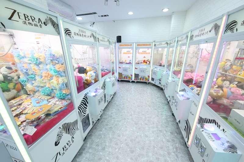 娃娃機店席捲各大黃金商圈!連寸土寸金的台北東區街頭,都豎立多間娃娃機店!