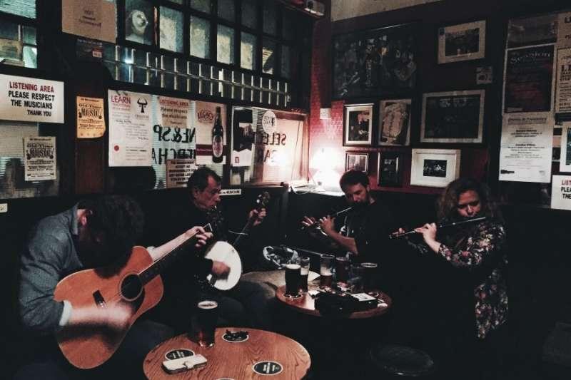 The Cobblestone現在的經營者已經是第五代,這裏每天都有愛爾蘭傳統音樂的演奏,經營者希望能把傳統音樂繼續流傳下去。(圖/KKday提供)