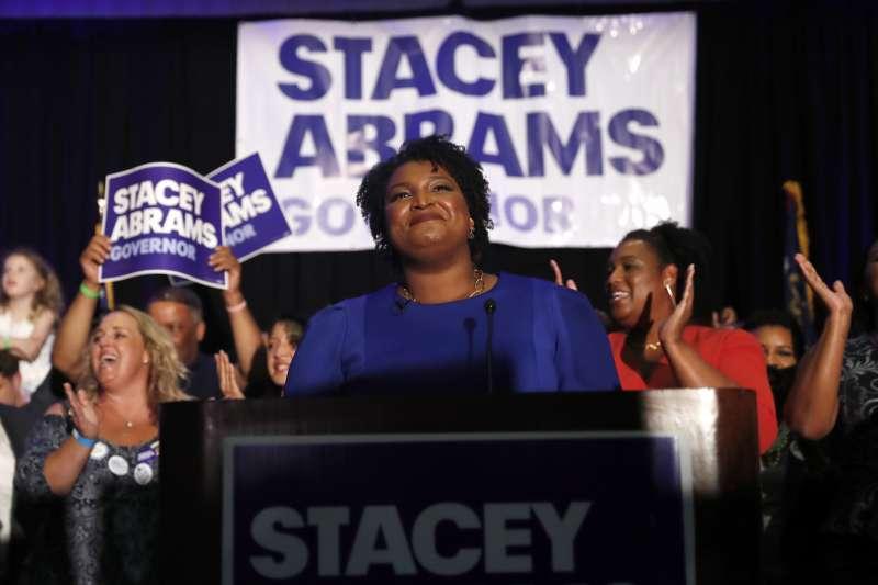 民主黨的艾布蘭(中)成為美國首位獲得主要政黨提名競選州長的非裔女性,將在期中選舉角逐喬治亞州州長(美聯社)
