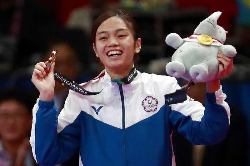 蘇柏亞在亞運跆拳道女子53公斤級決賽中,以29比10擊敗南韓選手河敏娜拿下金牌,這是中華隊第3金。(美聯社)