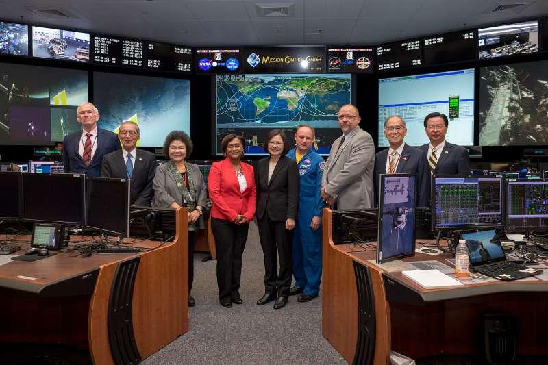 總統蔡英文「同慶之旅」19日參訪美國國家航空暨太空總署(NASA)所屬詹森太空中心(Johnson Space Center)。(取自總統府)