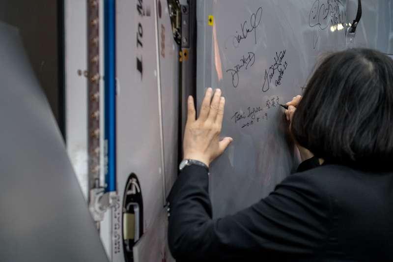 民進黨蔡政府諸官會是「改革的英雄」?還是將留下歷史駡名?圖為蔡英文總統「同慶之旅」參訪詹森太空中心(Johnson Space Center)。(取自總統府)