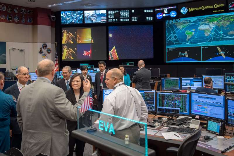 20180819-總統蔡英文「同慶之旅」19日參訪美國國家航空暨太空總署(NASA)所屬詹森太空中心(Johnson Space Center)。(取自總統府)