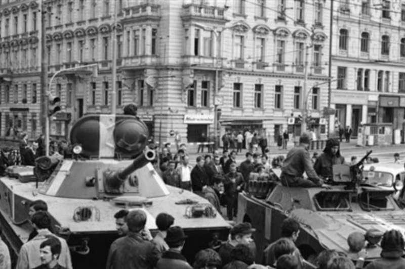 1968年8月23日,蘇聯坦克開上了布拉格的街頭。(美聯社)