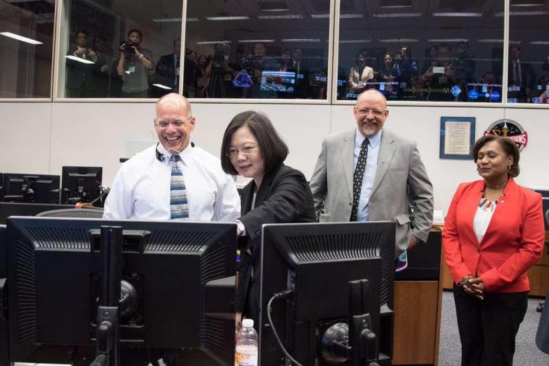 2018年8月19日,蔡英文總統參訪美國NASA詹森太空中心,右二為飛行主任藍福如(Royce Renfrew),右一為太空中心副主任魏契(Vanessa Wyche)(Royce Renfrew@Twitter)