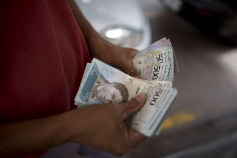 委內瑞拉民眾數鈔。(AP)