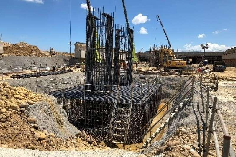 桃園機場WC滑行道遷建和雙線化工程正進行自來水、消防水管遷建作業,今下午發生土方崩落意外,3工人遭活埋送醫後不治。圖為之前工地照片。(取自桃機官網)