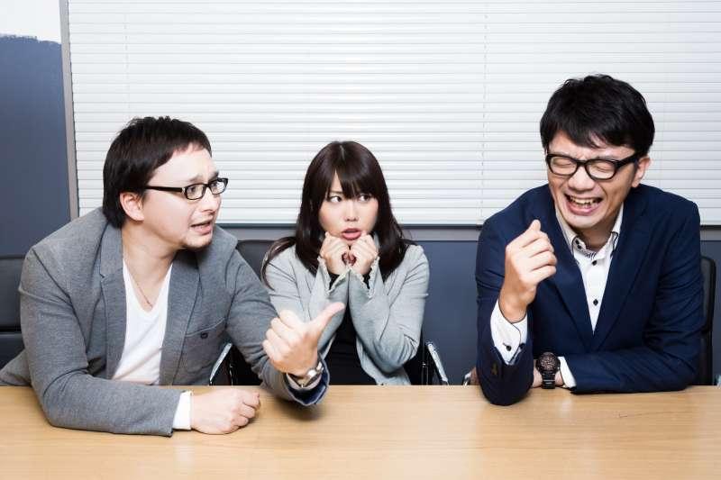 在職場上,若一味跟著同事講別人壞話、聊八卦,可能會捲入惡鬥之中。(圖/すしぱく@pakutaso)