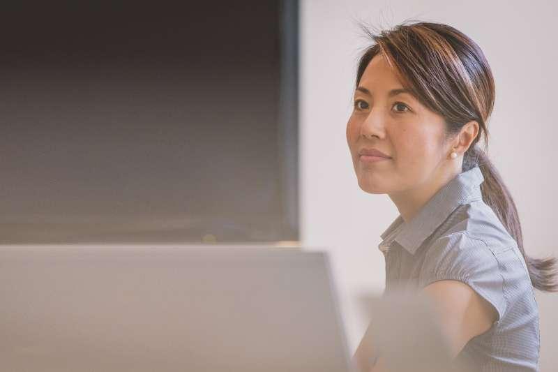 為何近年許多大老闆、高階主管等社會菁英,都一窩蜂的去報考在職碩班呢?3大理由讓你知道,現在念碩班真的CP值超高!(圖/Free-Photos@pixabay)
