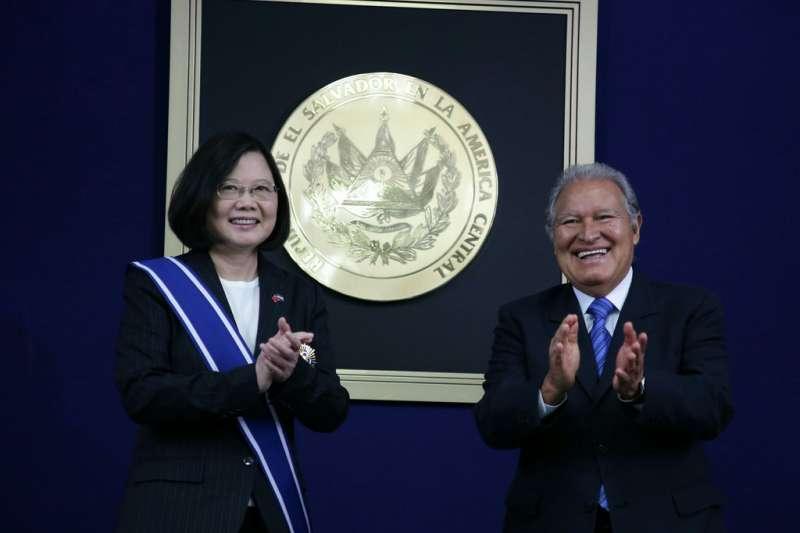 2017年1月13日,蔡英文總統訪問薩爾瓦多,接受薩國桑契斯(Salvador Sánchez Cerén)總統贈勳(總統府)