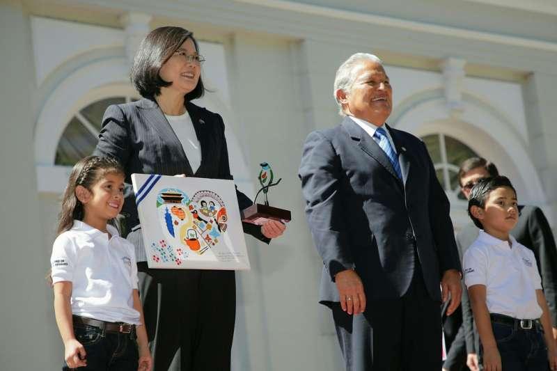 總統蔡英文同慶之旅訪問薩爾瓦多,薩國總統桑契斯(Salvador Sánchez Cerén)迎接(總統府提供)