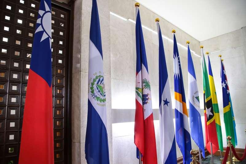 20180821-外交部長吳釗燮21日宣布我國與薩爾瓦多終止外交關係,外交部隨即將薩爾瓦多國旗(左二)撤離。(顏麟宇攝)