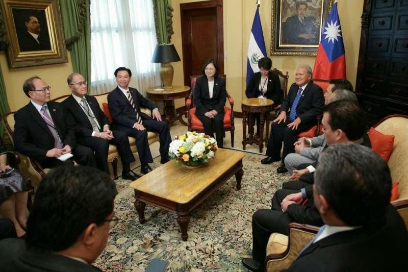 2017年1月13日,蔡英文總統訪問薩爾瓦多,與薩國總統桑契斯(Salvador Sánchez Cerén)進行雙邊會晤(總統府)