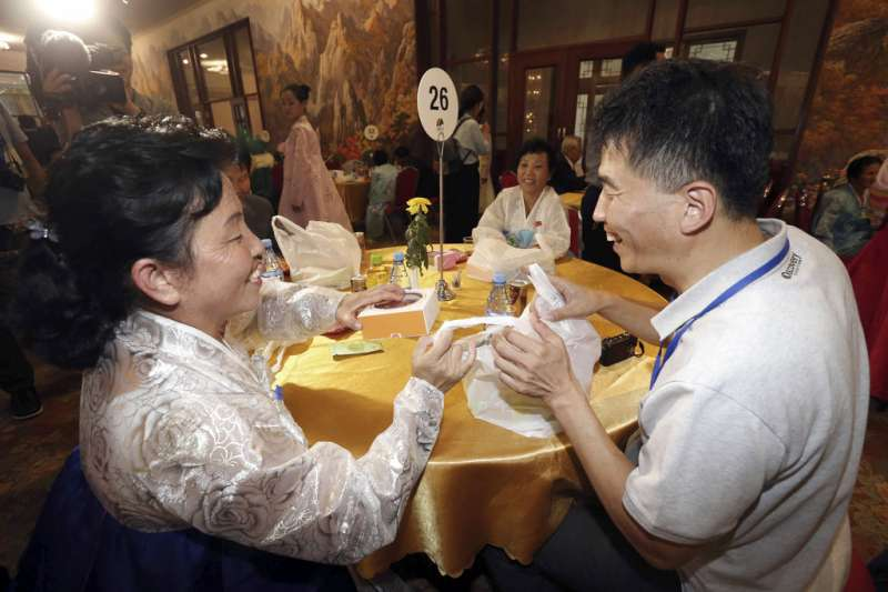 2018年8月21日,兩韓離散家屬團聚,親戚相談甚歡。(AP)