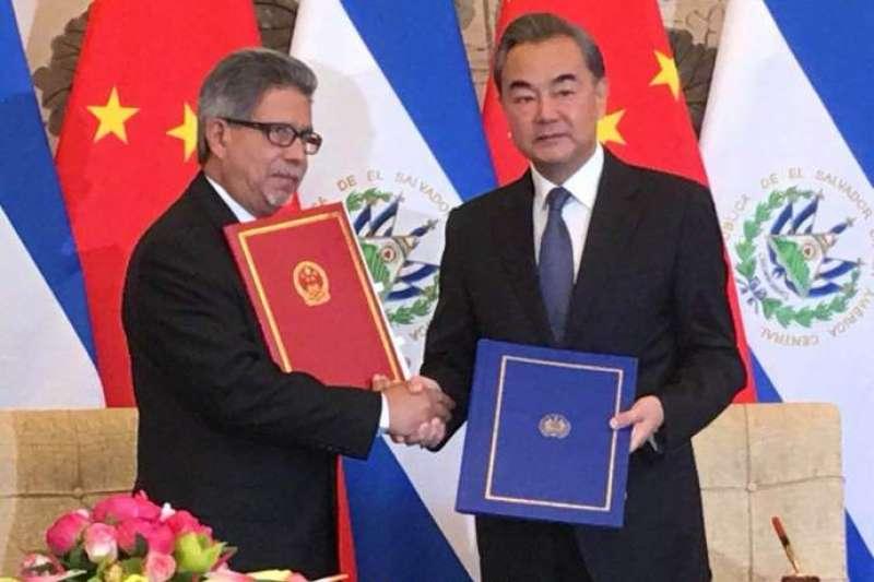 中國外長王毅在北京與薩爾瓦多外長卡斯塔內達簽署建交聯合公報。