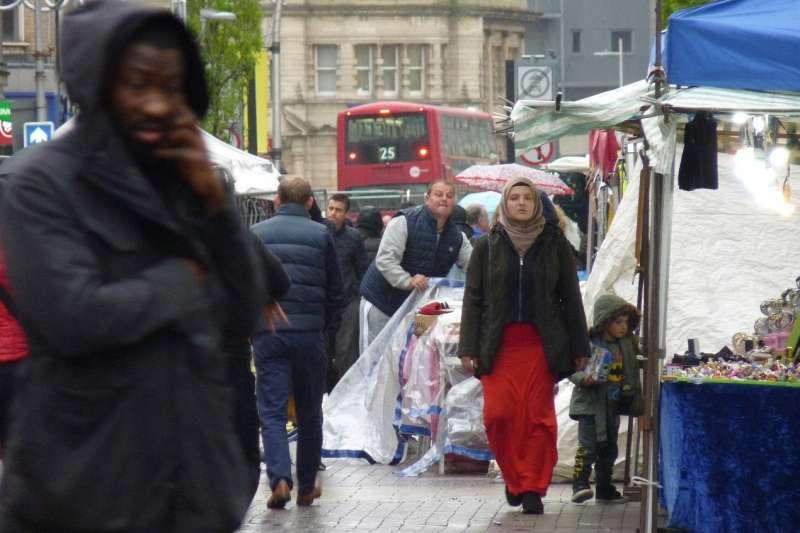 身為漂流遷徙的移民,東倫敦社會底層的華人,有些申請政治庇護,有的『非法』居留,他們的生活呈現了『經濟全球化』與『種族主義』的糾葛纏繞。圖為東倫敦街景。(秀威資訊提供)