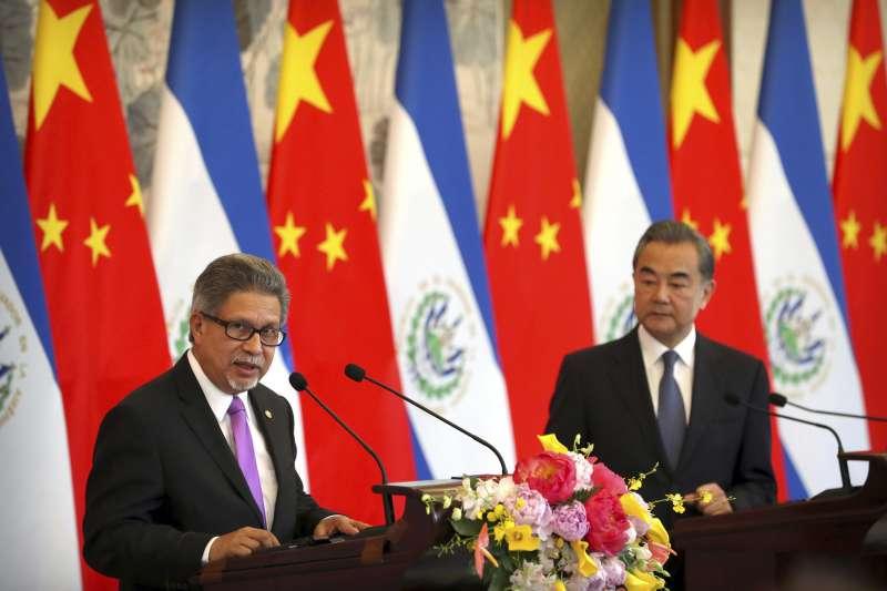2018年8月21日,中國國務委員兼外交部長王毅同薩爾瓦多共和國外長卡斯塔內達在北京舉行會談並簽署《中華人民共和國和薩爾瓦多共和國關於建立外交關係的聯合公報》(AP)