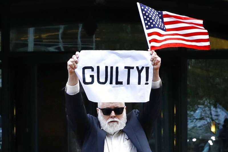 馬納福特被定罪的法庭外,抗議者持「有罪」布條。(AP)