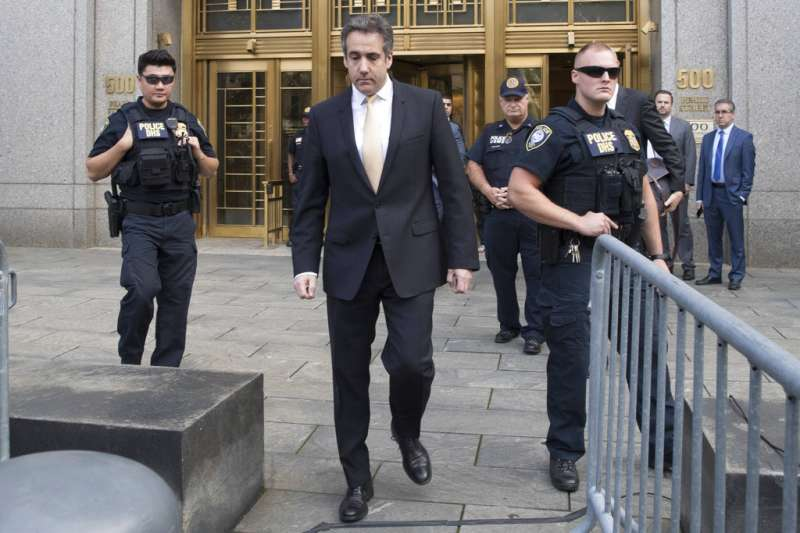 2018年8月21日,川普前私人律師柯恩在法庭上認罪,交保離開法院。(AP)