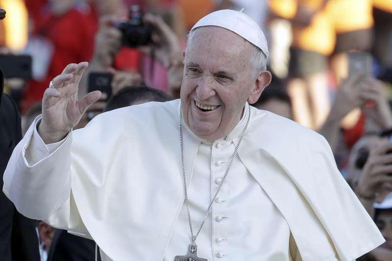 教宗方濟各在簽署主教任命協議後,立刻接納8位非法主教。(AP)