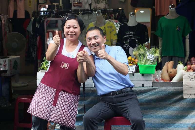 侯友宜(右)在板橋文昌街的店家前面照相,女店東衝出來堅持合影。(柯承惠攝)