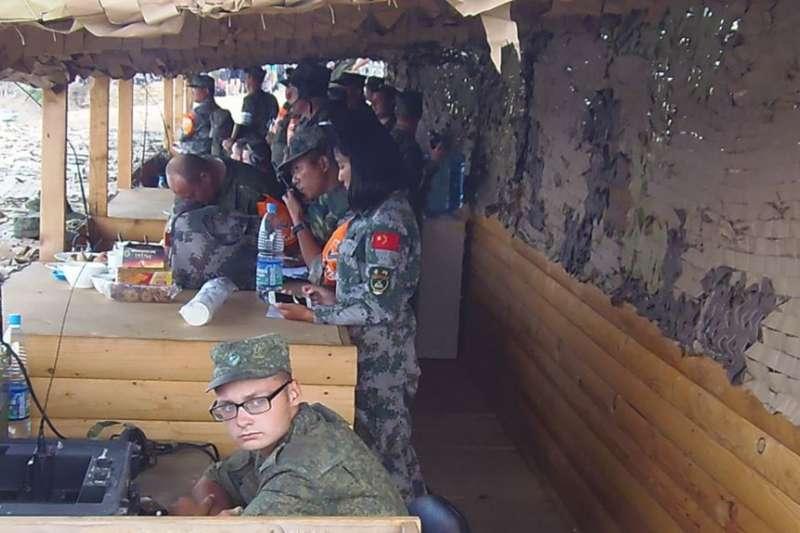 2015年在俄羅斯舉行軍事比賽活動期間,中俄軍官在指揮兩國軍隊活動。(美國之音)