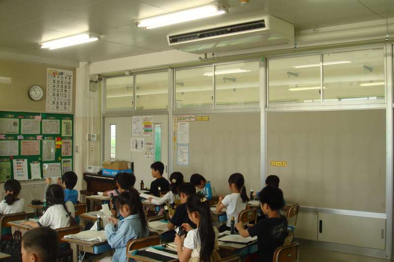 日本小學教室目前僅有部分裝設空調。(翻攝春日部市教育委員會官網)
