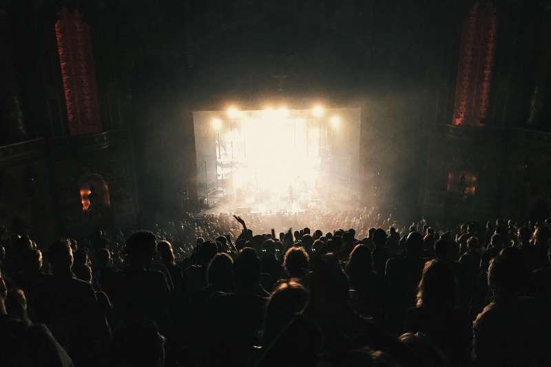 公眾人物站在台上萬人膜拜,下了台之後,他們的兒女卻總是鬧事。(圖/Pixabay@Pexels)