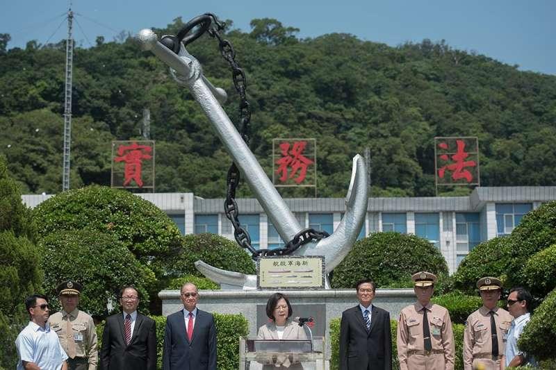 李喜明(右二)與黃曙光(右一)傳因新海軍紀念碑發生不快。(總統府提供)