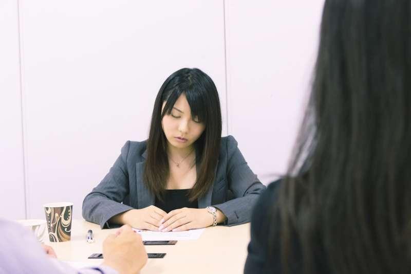 職場菜鳥常因工作量多、主管偏心而煩躁。究竟這是壓力大,還是焦慮呢?(圖/すしぱく@pakutaso)