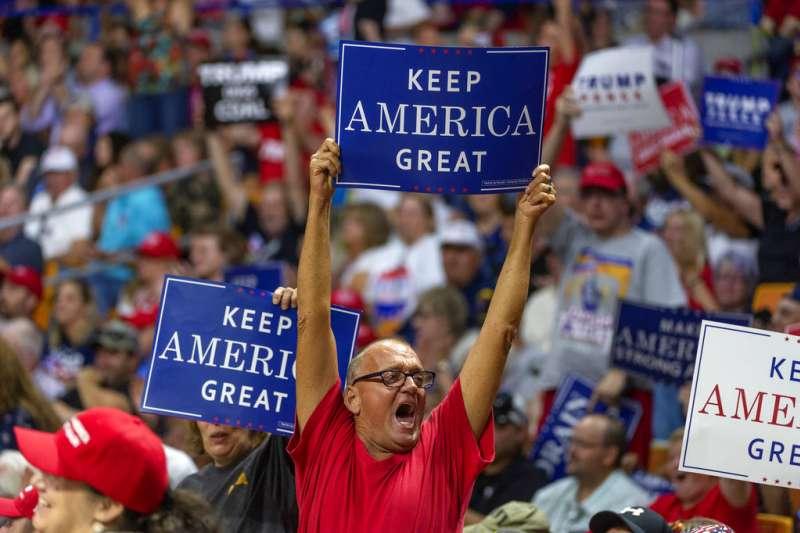 21日,川普出席西維吉尼亞州的選舉造勢活動,死忠支持者持「讓美國保持偉大」字條。(AP)