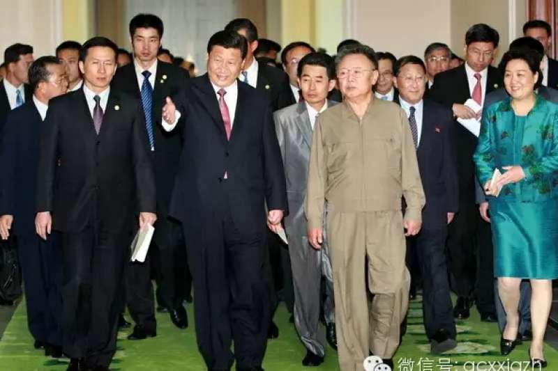 時任中國國家副主席的習近平2008年訪問平壤,當時的北韓領導人還是金正日。(翻攝網路)