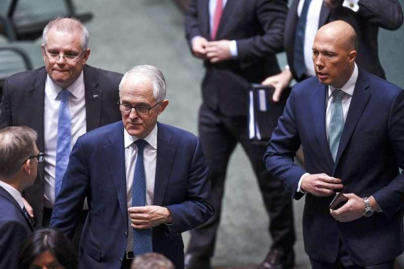 2018年8月23日,遭逼宮的澳洲總理騰博(中)與挑戰總理大位的杜頓(右)。(AP)