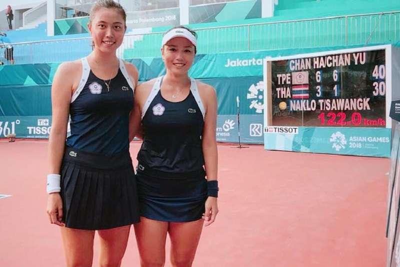 詹詠然(右)與詹皓睛姐妹闖進亞運女子雙打金牌戰。(圖取自詹詠然臉書)