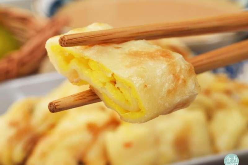蛋餅皮,為何會有多種口感,是什麼造就它們的不同呢!?答案是,蛋餅麵皮製作過程加進了冷水或是沸水的差別!(圖/食力foodNEXT)