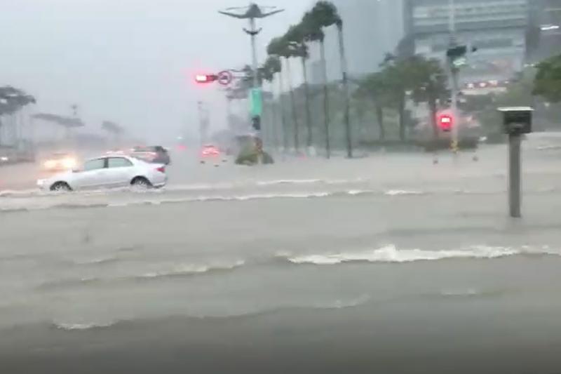 高雄夢時代購物中心附近,因豪雨導致路面淹水。(網友提供)