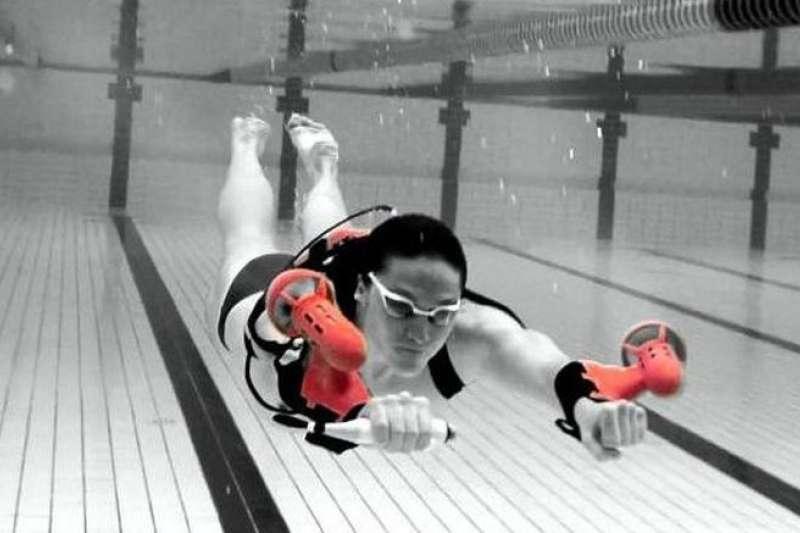 可穿戴式推進系統x2 Sport顛覆你的水下體驗,讓你高速前進、優雅旋轉,擁有海豚的力量。(圖/翻攝自YouTube,智慧機器人網提供)