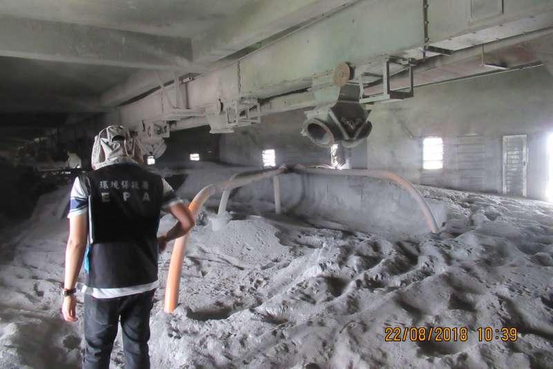台鐵斗南鐵道穀物倉庫成為廢棄物堆放場,遭環保業者非法堆置8719.5噸的燃煤飛灰,燃煤飛灰快要滿到穀倉頂。(環保署提供)