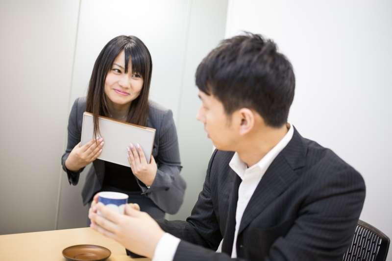 為何在職場上,自己的薪資最好別讓同事、前輩知道呢?這個案例告訴你,薪資必須保密。(圖/すしぱく@pakutaso)