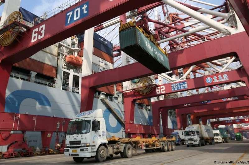 中美貿易戰又可能升級。雖然美國企業叫苦連天,但川普政府關稅施壓看來是吃了秤砣鐵了心。(德國之聲)