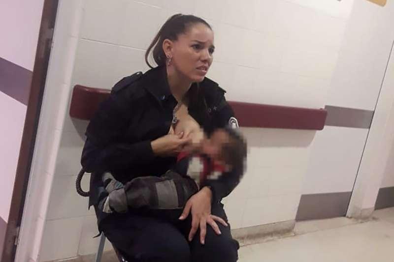 阿根廷警察阿亞拉於醫院當眾為嬰兒哺乳(Marcos Heredia/Facebook)