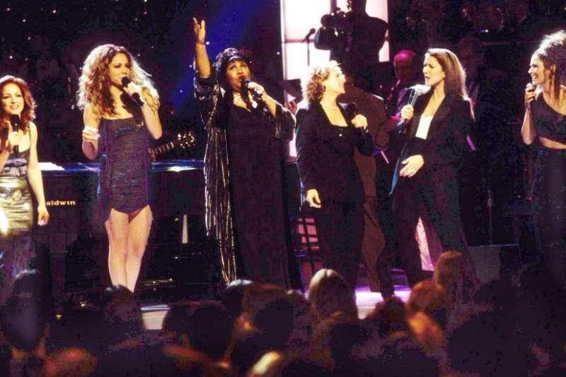 1998年一場演唱會,弗蘭克林和一眾樂壇歌后同台合唱《天然的女人》。(圖/BBC中文網)
