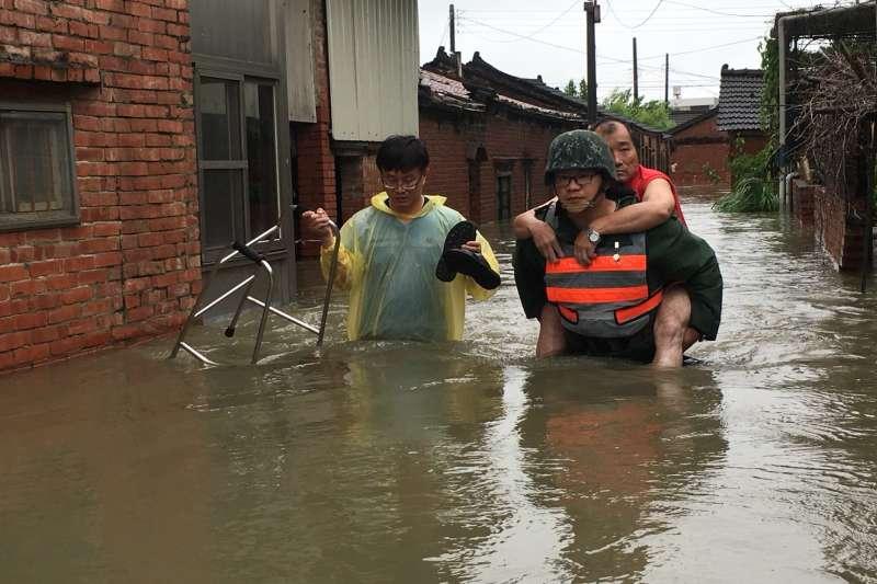 熱帶低壓在中南部降下豪大雨,台南、高雄、屏東等地都傳出淹水災情。中央災害應變中心評估,熱帶低氣壓雖然持續減弱但移動緩慢,雨勢將持續到明天(25日),26日還有新一波雨勢,恐怕要到9月初天氣才會回復較穩定情形。(國防部提供)