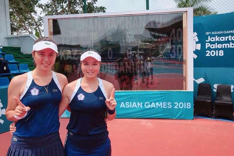 詹詠然(右)與詹皓晴打進網球女雙金牌戰。(圖取自詹詠然臉書)