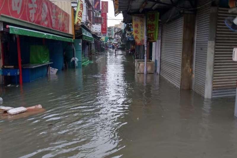 今年8月中旬,熱帶性低氣壓造成豪雨不斷,台灣中南部淹水災情嚴重。示意圖為823豪雨導致嘉義地區淹水情形,與本新聞個案無關。(資料照,網友提供)