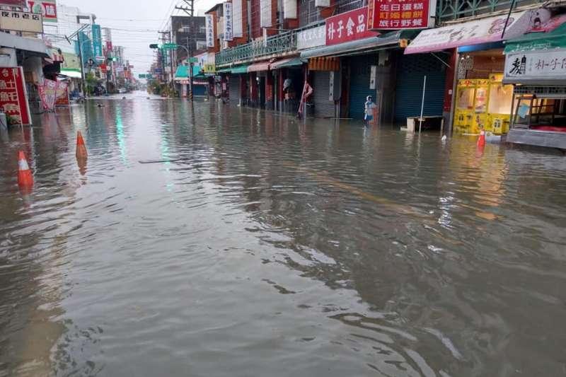 熱帶性低氣壓造成豪雨不斷,南部災情慘重。圖為嘉義地區淹水情形。(圖/網友提供)