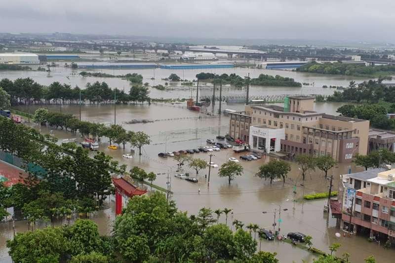 中央氣象局今發布豪雨特報指出,西南氣流影響,26日屏東縣有局部大雨或豪雨發生的機率,花蓮、台南、高雄及台東地區有局部大雨發生的機率。圖為嘉義地區淹水情形。(資料照,網友提供)