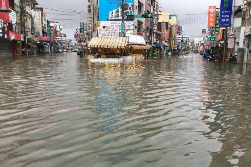 熱帶性低氣壓造成豪雨不斷,南部災情慘重。圖為嘉義地區淹水情形。(網友提供)
